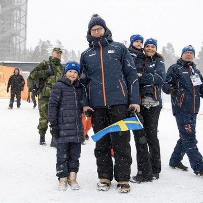 Victoria y Daniel de Suecia con sus hijos Estela y Oscar en el campeonato mundial de biatlón en Östersund