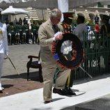 El Príncipe Carlos de Inglaterra con una ofrenda floral en Barbados