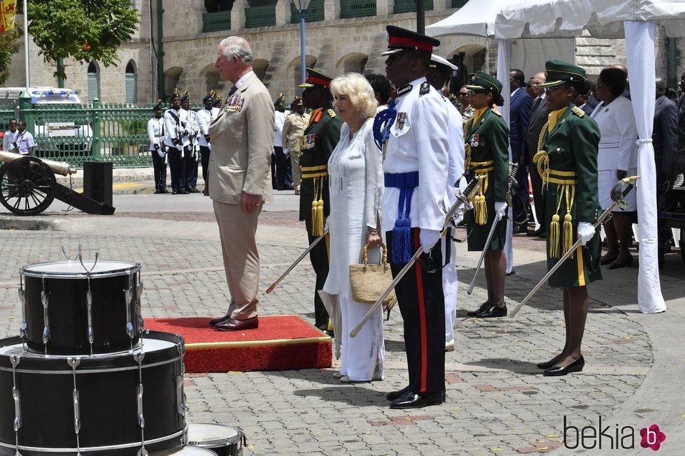 El Príncipe Carlos de Inglaterra y Camilla Parker en un ofrenda floral en Barbados