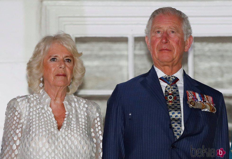 El Príncipe Carlos de Inglaterra y Camilla Parker en una recepción de honor de Barbados