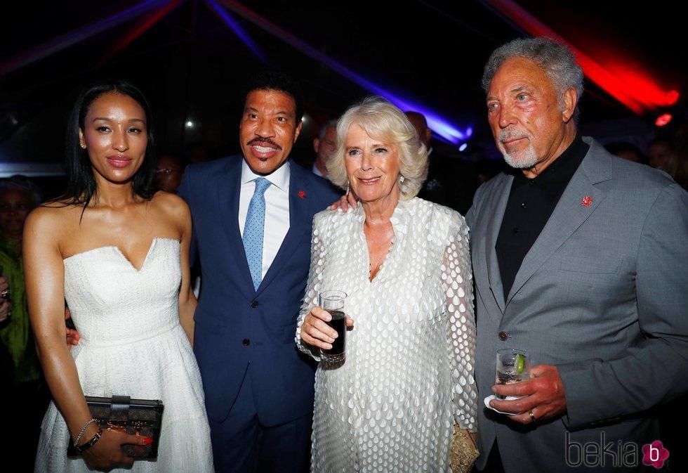 Camilla Parker con Lisa Parigi, Lionel Richie y Tom Jones en Barbados