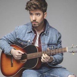 Roi Méndez con una guitarra