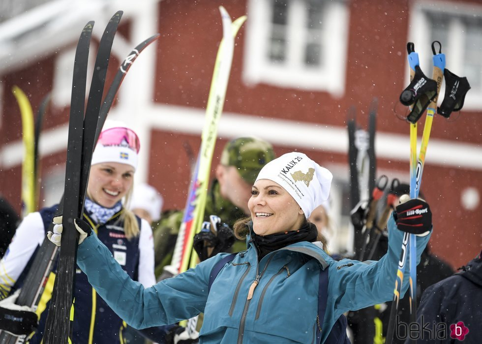 Victoria de Suecia disfruta de un día en la nieve en Norrbotten