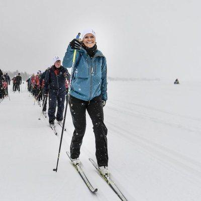 Victoria de Suecia de excursión en un río helado de Norrbotten