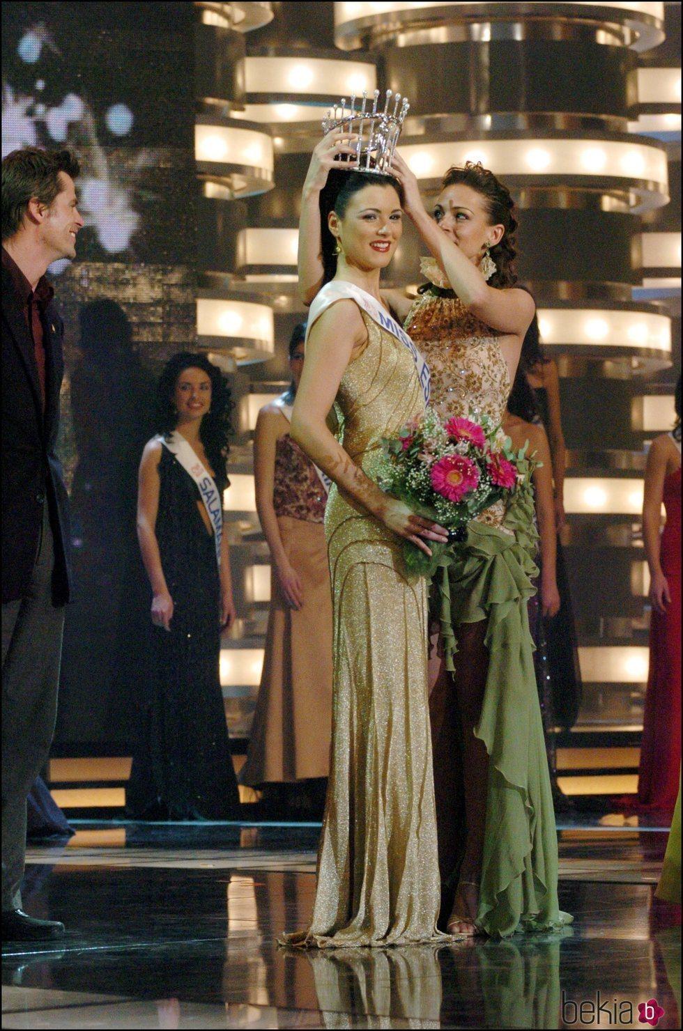 Eva González pone la corona de Miss España 2004 a María Jesús Ruiz
