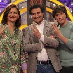 Samantha Vallejo-Nágera, Pepe Rodríguez y Jordi Cruz posando en la presentación de 'MasterChef 7'
