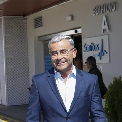 Jorge Javier Vázquez, muy sonriente a su salida del hospital tras ser operado de un ictus