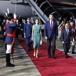 Los Reyes Felipe VI y Letizia en su llegada a la visita de Estado a Argentina
