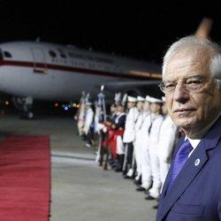 Josep Borrell esperando a los Reyes de España en Argentina