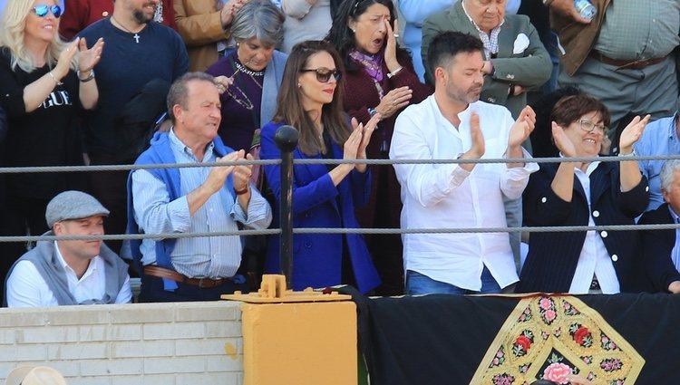 Eva González viendo torear a Cayetano Rivera en Morón de la Frontera