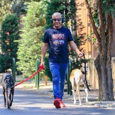 Jorge Javier Vázquez pasea dos perros durante su recuperación