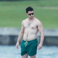 Nick Jonas, con el torso desnudo en alta mar