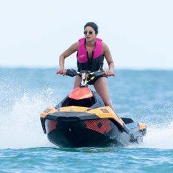 Priyanka Chopra, en una lancha acuática