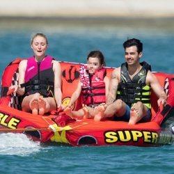 Joe Jonas y Sophie Turner, disfrutando de un día en alta mar
