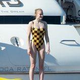 Sophie Turner luciendo tipazo en alta mar