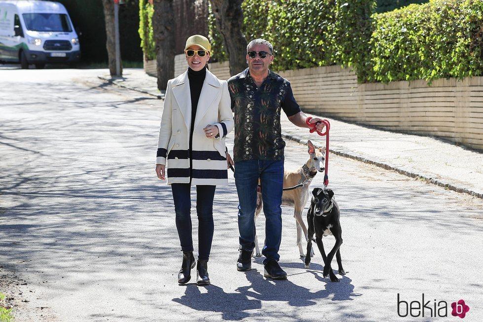 Jorge Javier Vázquez y Raquel Sánchez Silva paseando