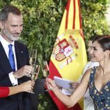 Los Reyes Felipe y Letizia brindando en la cena de gala por el Viaje de Estado de los Reyes Felipe y Letizia a Argentina