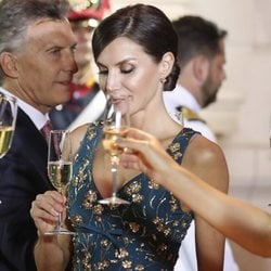La Reina Letizia mira su copa en la cena de gala por el Viaje de Estado de los Reyes Felipe y Letizia a Argentina