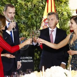 Los Reyes Felipe y Letizia brindan con Mauricio Macri y Juliana Awada en la cena de gala por el Viaje de Estado de los Reyes Felipe y Letizia a Argentina