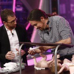 Pablo Iglesias cambiando pañales en 'El Hormiguero'