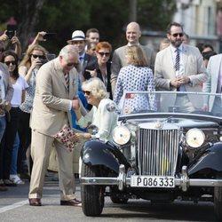 El Príncipe Carlos y la Duquesa de Cornualles en un coche clásico durante su Viaje Oficial a Cuba