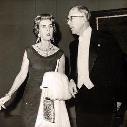 La Reina Ingrid de Dinamarca con su padre, el Rey Gustavo VI Adolfo de Suecia