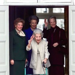 La Reina Ingrid de Dinamarca junto a sus hijas Margarita, Ana María y Benedicta