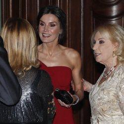 La reina Letizia junto y la periodista Mirtha Legrad en Argentina