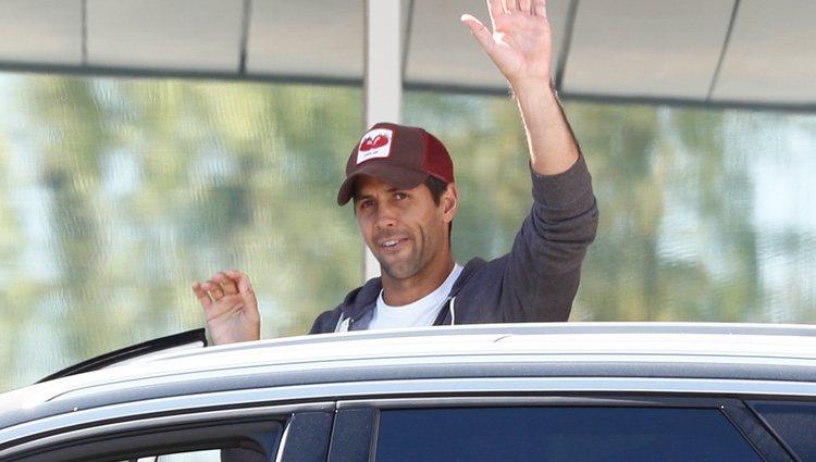 Fernando Verdaso a la salida del hospital tras convertirse en padre