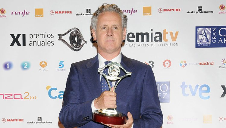 Lorenzo Milá posa sonriente tras recibir el Premio de la Academia de Televisión en 2009