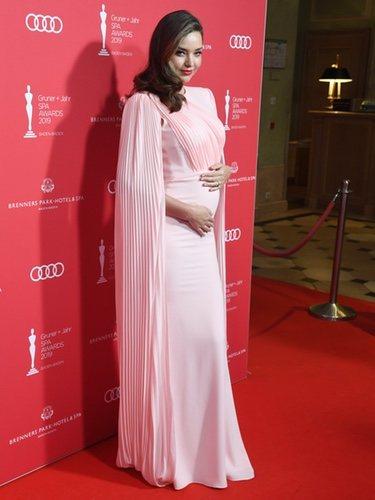 Miranda Kerr presumiendo de su tercer embarazo en la gala de entrega de los Gruner & Jahr Spa Awards
