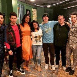 Los Jonas Brothers con Priyanka Chopra, sus padres y su hermano pequeño Frankie