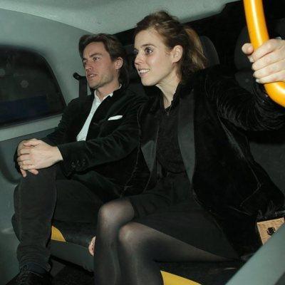 Beatriz de York y Edoardo Mapelli Mozzi en un taxi en Londres