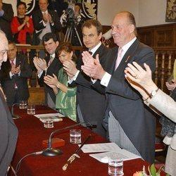 Rafael Sánchez Ferlosio recibe el Premio Cervantes 2004 en presencia de los Reyes Juan Carlos y Sofía