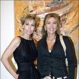 Norma Duval y Carla Duval posando juntas en una exposición