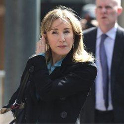 Felicity Huffman yendo a declarar ante el juez