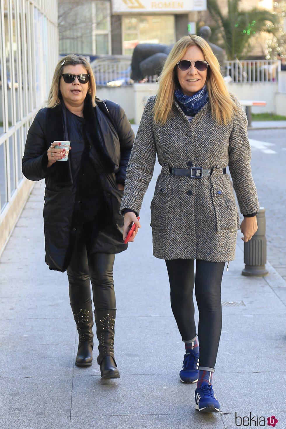 Terelu Campos y Belén Rodríguez paseando por la calle