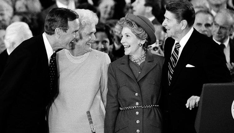 Los Reagan y los Bush en la toma de posesión de Ronald Reagan como presidente de Estados Unidos