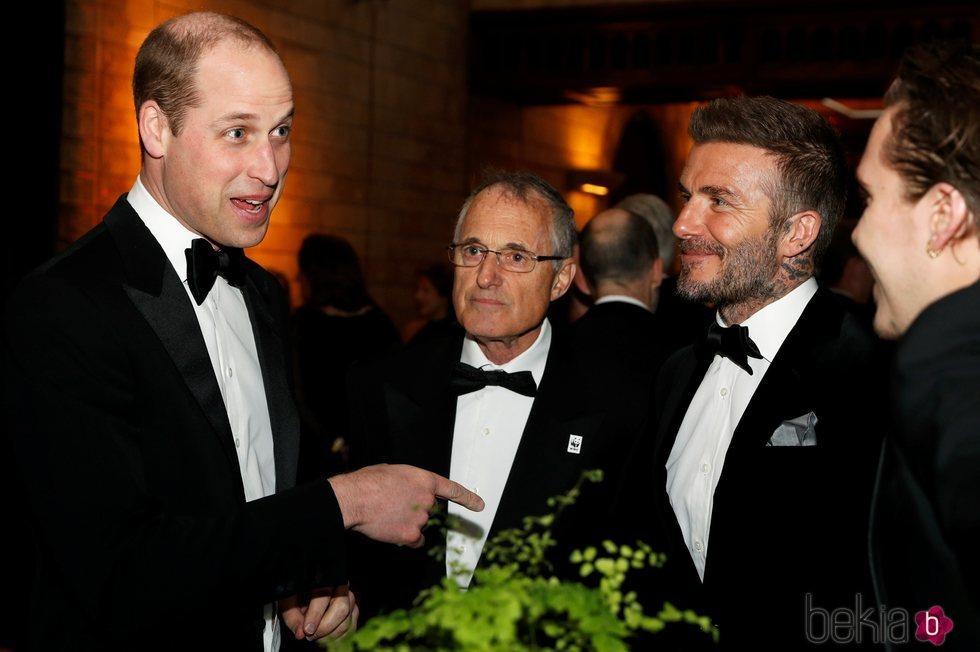 El Príncipe Guillermo habla con David Beckham y Brooklyn Beckham en el estreno de 'Our Planet'