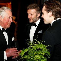 El Príncipe Carlos habla con David Beckham y Brooklyn Beckham en el estreno de 'Our Planet'