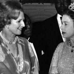 Margaret Thatcher e Isabel II en una conferencia de la Commonwealth