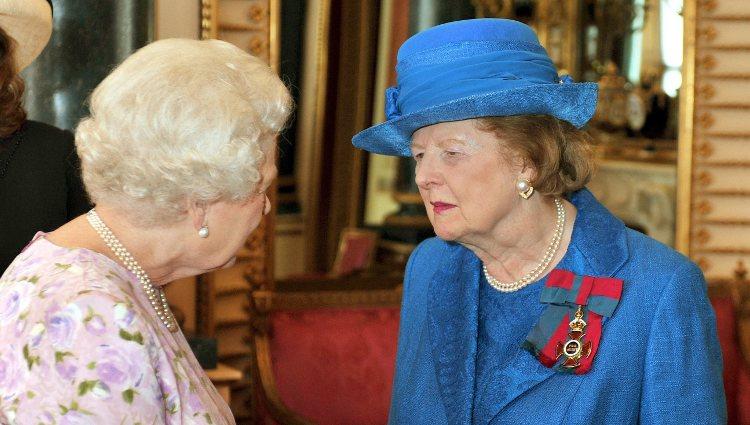 Isabel II y Margaret Thatcher en una recepción oficial en el Palacio de Buckingham