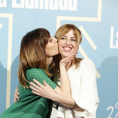 Natalia de Molina besa cariñosamente a su hermana Celia en el segundo aniversario de 'La Llamada'