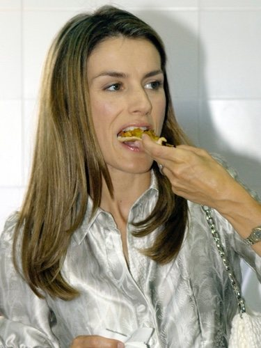 La Reina Letizia comiendo
