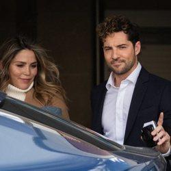 David Bisbal y Rosanna Zanetti saliendo del hospital con su hijo Matteo