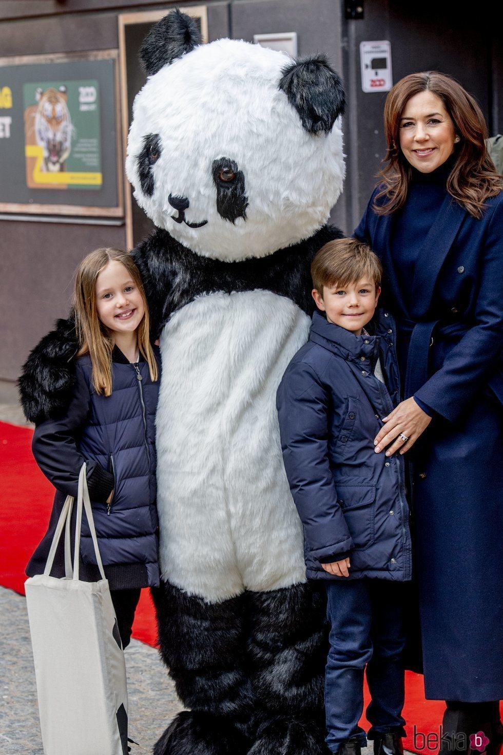 La Princesa Mary, Vicente y Josefina de Dinamarca en el Zoo de Copenhague