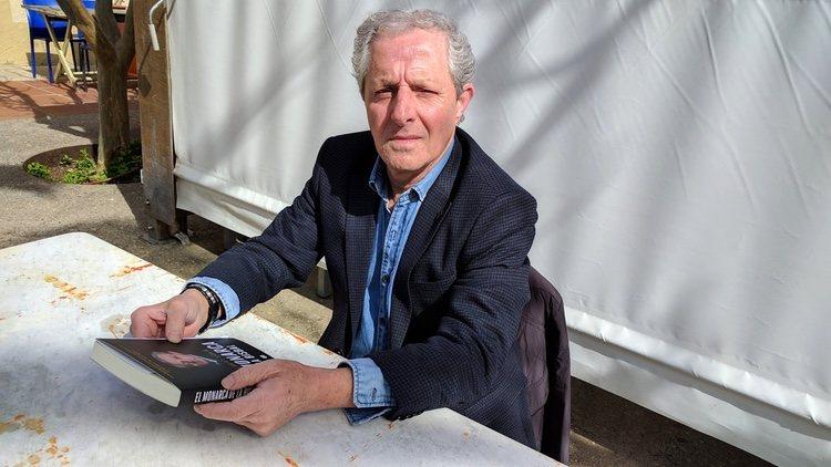 Albert Solà con su libro 'El Monarca de La Bisbal'