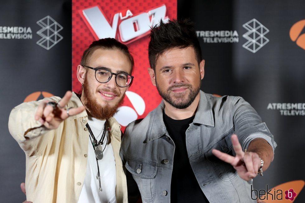 Pablo López y Andrés Martín haciendo el símbolo de 'La Voz' tras ganar el concurso