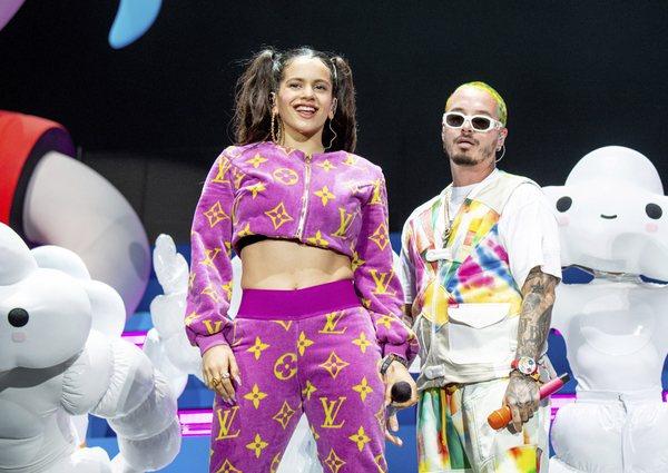 Rosalia y J Bavlin actuando en el escenario de Coachella 2019