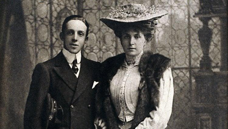 Alfonso XIII y Victoria Eugenia de Battenberg tras oficializar su compromiso